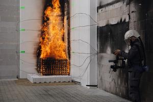 Praxisnahe Brandschutzweiterbildung mit Fachexkursionen und Trainings in Laboren.<br />