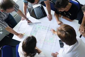 Die Teilnehmer führen rege Diskussionen zu Übungsbeispielen im Seminar.<br />