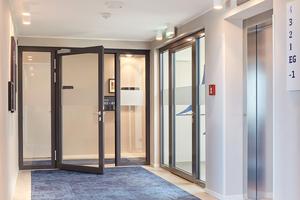 """Das Treppenhaus wird auf den einzelnen Etagen mit einer """"Novofire T30-1"""" inkl. zweier Seitenteile gesichert. Die Trennung vom Haupt- zum Nebenflur mit einer rauchdichten, optisch gleichen Tür """"Novofire RS-1"""".<br />"""