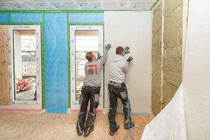 Tragende Innenwände werden mit einer beidseitigen Beplankung aus 2 x 15 mm Gipsfaser-Platten und einer Holzraumdämmung aus 100 mm Steinwolle ausgeführt (REI 90 K245).