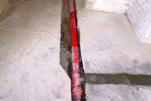 In historischen Gebäuden werden Leitungen für die Sprinkleranlage auch in den Fußböden verlegt, um darunter liegende Stockwerke zu versorgen ohne die Deckenoptik besonders zu beeinträchtigen.<br />