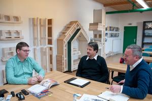 Ralph Eckert, Geschäftsführer der Lignotrend GmbH, im Gespräch mit den Hilti Brandschutz-Experten Christian Bleicher und Alexander Waldner (v.l.n.r.).