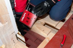 Einfach zu installieren: Der Brandschutzstein CFS-BL P zur Abdichtung von Kabeln oder Leerrohren in Wand- und Bodenöffnungen.