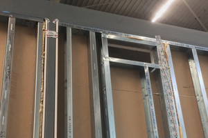 In der Abteilung Wand-Fertigung, werden die bezeichneten Durchbrüche entsprechend der Anforderung produziert und für den späteren Ausbau auf der Baustelle vorbereitet.<br />