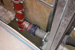 Die Ausführung vor Ort unterliegt einer strengen Qualitätskontrolle. Erst nach Verschluss und Abnahme der brandschutzrelevanten Durchführungen, dürfen die Wände geschlossen werden.<br />