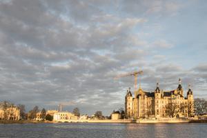 Malerisch auf einer Insel im Schweriner See mitten im Stadtzentrum der Landeshauptstadt gelegen, ist das Schweriner Schloss Sitz des Landtags von Mecklenburg-Vorpommern.<br />