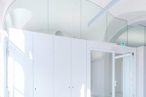 Die Brandschutztüren und andere Einbauelemente sind betont schlicht gehalten. So fügen sie sich harmonisch in das denkmalgeschützte Gebäude ein.<br />