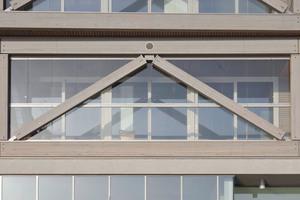 Nahaufnahmen der Gebäudefassade mit den Balkondiagonalen