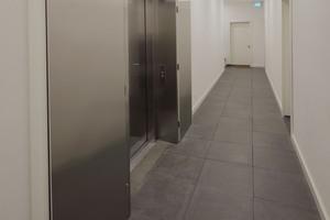 Feuersicherer Aufzug. Im Brandfalleklappen schließen die von Magneten gehaltenen Brandschutztüren automatisch, können aber weiterhin geöffnet werden