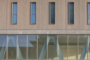 Das Erdgeschoss, wie auch der Gebäudekern bestehen aus Betonfertigteilkonstruktionen. Besonders markant sind die innenseitigen V-Stützen. Die Fertigteilkonstruktion erfolgte hier nicht nur aus Brandschutzgründen, sondern auch aus Gewichtsgründen.<br />