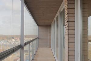 Der Nordbalkon ist 1,50 m breit. Nord und Südbalkon besitzen oberhalb ihrer Geländer Glaselemente, die ähnlich einer Ladenlokalverglasung geschlossen oder geöffnet und an den Rand geschoben werden können.<br />
