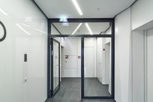 Im gesamten Gebäude schaffen großflächig verglaste Stahl-Rohrrahmenelemente von Hörmann Sichtverbindungen und gewährleisten den baurechtlich geforderten Brand- und Rauchschutz.