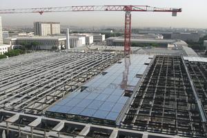 Blick auf das 12.000 m² große Glasdach des Kongresszentrums in Rom während der Bauphase<br />