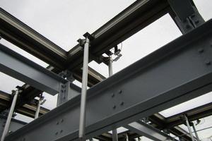 Fertige RWA-Flügel über dem Stahl-Dachtragwerk<br />