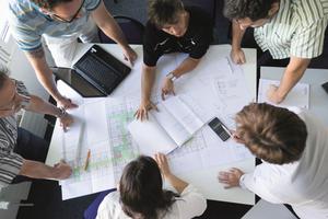 Intensiver Austausch zu praktischen Problemstellungen zwischen Teilnehmern in EIPOS-Kursen.<br />