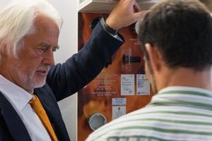 EIPOS-Dozent erklärt anschaulich Funktionsprinzipien und Wirkungsweisen von Bauprodukten.<br />