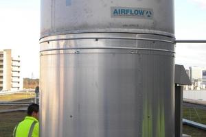 Es geht hoch hinaus – nicht nur aufs Dach, sondern auch auf den Entrauchungskanal. Die von Airflow entwickelte Messeinrichtung wurde nacheinander auf alle Entrauchungskamine befestigt, um so die Volumenströme zu ermitteln und die Anlagentechnik auf die erforderlichen Werte von rund 37.000 m<sup>3</sup>/h einzustellen.<br />