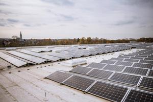 Die Photovoltaikzellen auf dem Dach des Lagers liefern bis zu 500 Kilowattstunden pro Jahr – und versorgen u.a. die OxyReduct®-Anlage mit nachhaltig produziertem Strom.<br />