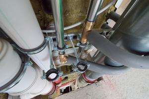 Ver- und Entsorgungsleitungen auf engstem Raum. Damit solche Installationen zulässig sind, müssen entsprechende allgemein bauaufsichtliche Prüfzeugnisse für jede verwendete Kombination von Rohrleitungen und Brandschutzsystemen vorliegen.