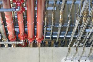 In schätzungsweise 80 Prozent der Anwendungen werden Leitungen durch rechteckige Durchbrüche geführt. Denn Kernbohrungen erhöhen den Aufwand und werden dann eher zur Wanddurchführung einzelner Leitungen genutzt.