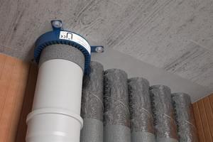 """Die alpex-Rohre von Fränkische dürfen im Nullabstand zu brennbaren Kunststoff-Abwasserrohren verlegt werden. Dafür müssen diese mit der """"Doyma Curaflam"""" Manschette und """"alpex"""" mit einer geprüften Dämmschale versehen sein.<br />"""
