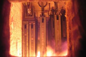 Beginn des Brandversuchs. Durch das Sichtfenster im Ofen kann der Versuch beobachtet und dokumentiert werden.<br /><br />