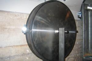 Rohrschelle vor dem Brandversuch mit Prüf-Dummy zur Gewichtssimulation<br />