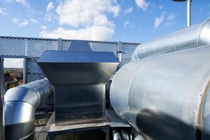 Die Installation von Dual-Use Brandgasventilatoren können beides: eine sichere Entrauchung gewährleisten und für den regelmäßigen Luftaustausch in der Halle sorgen.