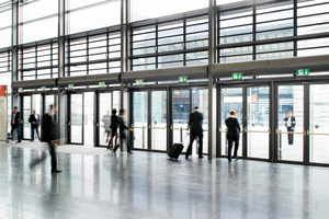 Großen Hallen als öffentlicher Raum oder als Produktionsstätten können ohne Kanalsystem über Dach entlüftet und entraucht werden. Ein besonders wirtschaftliches Konzept ist, beides über das gleiche Ventilationssystem zu realisieren.