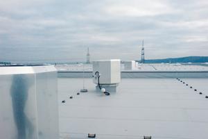 Typisches Bild auf ausgedehnten Industriehallen: Dachventilatoren sorgen für die bedarfsgerecht Belüftung. Lichtkuppeln sollen für die natürliche Entrauchung im Brandfall sorgen – die bei Windlasten allerdings nicht sichergestellt werden kann.