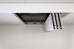 ... ausgestattet, die einen werkzeuglosen Zugang zum Deckenhohlraum ermöglicht.<br />