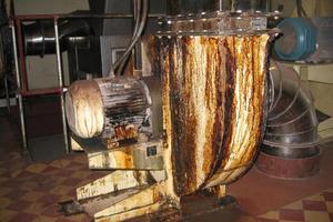 Der verölte Abluftventilator ist eine gefährliche Brandlast.
