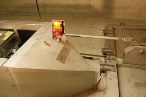 Über die gesamte Tunnelläge ist alle 100 Meter jeweils eine Belüftungsklappe in den beiden Abluftkanälen installiert. Im Brandfall erfolgt die optische und akustische Alarmierung über die Pfannenberg-Signalgeräte. Erst nach der bestätigten Räumung darf die Rauchabsaugung gestartet werden.
