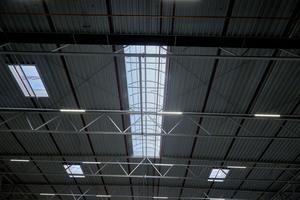 """<div class=""""bildtext"""">Die Integrierte Durchsturzsicherung (ID) und Kingspan Essmann Ab- und Durchsturzsicherung (EAD) für Lichtbänder und Klappen bieten maximalen Schutz für die auf dem Dach arbeitenden Personen.</div>"""