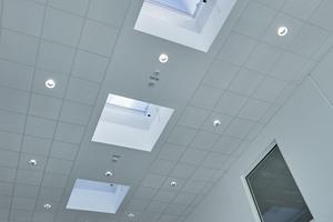 """<div class=""""bildtext"""">Die Lichtkuppeln plus über dem Atrium und den Fluren versorgen das Treppenhaus des neuen dm drogerie markt -Logistikstandortes mit natürlichem Tageslicht. Eine intelligente Antriebs-, Bedien- und Steuerungsperipherie samt Rauchmelder gewährleistet die Be- und Entlüftung sowie den RWA.</div>"""