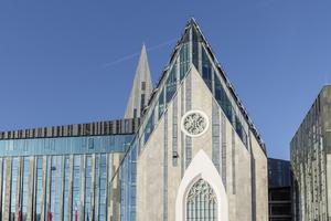 Mithilfe der Kombination von Stein und Glas ist es den Architekten gelungen die Umrisse der alten Kirche wiederzugeben.