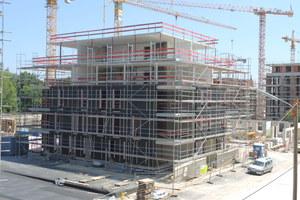 """<div class=""""bildtext"""">Speziell beim mehrgeschossigen Bauen bieten Hybridbauten klare Vorteile bei der Statik. Dafür warten die Holztafelwände mit sehr guten energetischen Eigenschaften auf.</div>"""
