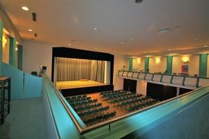"""<div class=""""bildtext"""">Nach einer Modernisierung im Jahr 1993 präsentierte sich das Gebäudeinnere vor allem nüchtern und funktional. </div>"""