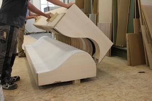 """<div class=""""bildtext"""">Für die Brüstung der Empore wurden Formteile in der Werkstatt der Möbel-Damm GmbH erstellt. Hierfür wurde eine Unterkonstruktion aus plattenförmiger Spantenkonstruktion mit längs durchgehenden CD-Deckenprofilen und darauf befestigtem Formelement mit zwei Lagen """"Rigips GK-Form"""" beplankt.</div>"""