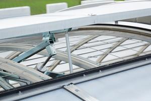 """<div class=""""bildtext"""">Die tägliche Be- und Entlüftung übernehmen die eingebauten Lichtbandklappenflügel. Für den geforderten zuverlässigen schnellen Rauchabzug im Brandfall sorgen die integrierten Rauch- und Wärmeabzugsklappen, wie das hier abgebildete F6-Gerät. Die geometrische Öffnungsfläche des Lichtbands kann von Seiten des Brandschutzes für den reinen Wärmeabzug verwendet werden.</div>"""