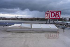"""<div class=""""bildtext"""">Die Lichtstraße Cosmotron bringt Licht in die Werkshalle, die Haubenlüfter vom Typ Apollo sorgen für den Brandschschut</div>"""