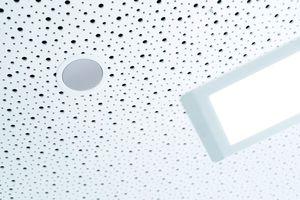 """<div class=""""bildtext"""">Ästhetik und Sicherheit: Die Lautsprecher der SAA fügen sich perfekt ins Gesamtkonzept der Decke im neuen Gebäude ein.</div>"""