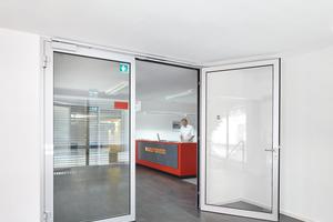 """<div class=""""bildtext"""">Zugang zum Empfangsbereich über das interne Treppenhaus: Rettungsweg durch eine """"NovoFire T30-2 RS""""-Tür gesichert</div>"""