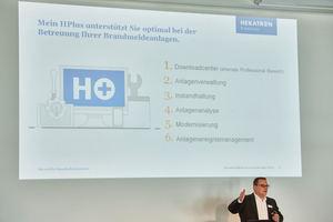 """<div class=""""bildtext"""">Swen Drogosch, Produktmanager Markt Brandmeldeanlagen bei Hekatron Brandschutz, erläutert den Besuchern der Hekatron Roadshow Vorteile von """"Mein Hplus. </div>"""