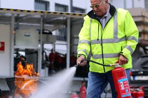 """<div class=""""bildtext"""">Die Teilnahme an Löschübungenträgt dazu bei, dass Mitarbeiter sich in Notsituationen sicherheitsgerecht verhalten können</div>"""