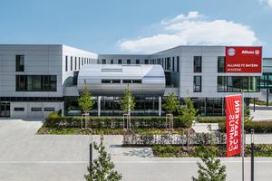 """<div class=""""bildtext"""">Sonderbau mit vielen Funktionen: Das dreigeschossige Akademiegebäude auf dem FC Bayern Campus integriert u. a. Sportstätten, Büros, Apartments, Aufenthaltsbereiche sowie eine Mensa.</div>"""