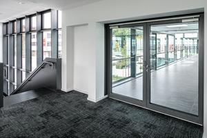 """<div class=""""bildtext"""">Die Glasbrücke zwischen Akademie und Spielstätte wird beidseitig durch die Rauchschutz-Türsysteme Schüco """"ADS 65.NI SP"""" gesichert.</div>"""