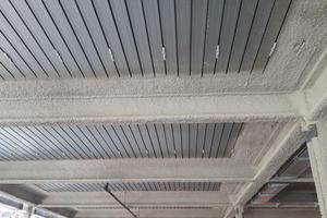 """<div class=""""bildtext"""">Spritzrau, geglättet oder nochmals überputzt: Der Brandschutzputz """"maxit ip 160"""" ermöglicht eine vielfältige Oberflächengestaltung. Stahlbauteile ertüchtigt er brandschutztechnisch vor allem im Industrie-, Hoch- und Tunnelbau.</div>"""