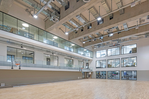 """<div class=""""bildtext"""">Die neue zentrale Sporthalle erstreckt sich im Untergeschoss über drei Etagen.</div>"""