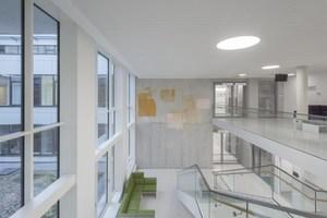 """<div class=""""bildtext"""">Das Innere des Interdisziplinären Tumorzentrums ITZ in Freiburg präsentiert sich hell und weiträumig.</div>"""